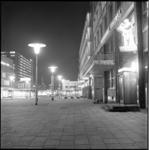 7634-2 Stadhuisplein in avondlicht met lunchroom Ruteck's en ingang en de Lijnbaan.
