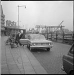 7647-2 Koningin Juliana en prinses Christina worden door chauffeur opgehaald op Centraal Station.