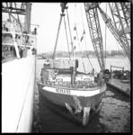 7664 Transport over water van een pers met het Duitse binnenvaartschip Neska 92.