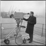 7666-2 Cameraman aan boord van het wagenveer op de Nieuwe Maas tijdens een tv-reportage over de Rotterdamse haven, ...