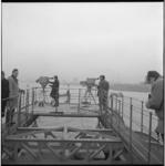 7666-3 Cameramannen aan boord van het wagenveer op de Maas tijdens een tv-reportage over de Rotterdamse haven, ...