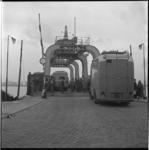 7666-4 Cameramannen aan boord van het wagenveer op de Nieuwe Maas tijdens een tv-reportage over de Rotterdamse haven, ...