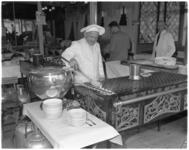 769-2 Interieur poffertjeskraam met kok en koperen beslagkan.