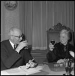 7701-2 Afscheidstournee burgemeester Van Walsum van de wijkraad van Overschie, hier met voorzitster S.M. Krijgsman.