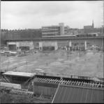 7736 Bouw mammoetschool Centrum voor technisch Onderwijs (Technikon) naast het Hofpleinspoor, midden achter de ...