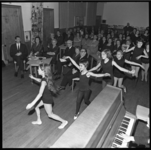7741 Burgemeestersechtpaar Van Walsum bij dansvoorstelling door kinderen in Kralingen.