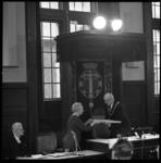 7747-4 Wethouder M.J. Zeelenberg biedt burgemeester Van Walsum in de raadzaal het boek 'Rotterdam en de Zee' aan als ...