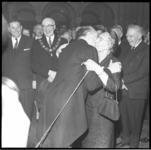 7747-5 Afscheidsreceptie van burgemeester Van Walsum, met een kus voor zijn echtgenote, rechts staat Mr. K.P Van de Mandele.