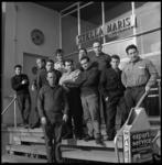7752 Geredde bemanning van de uitgebrande Spaanse vrachtvaarder Morcuera, bij de ingang van zeemanshuis Stella Maris ...