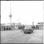 7755-2 Stakende werknemers verzamelen zich bij de toegangspoort van de scheepswerf Wilton-Fijenoord in Schiedam.