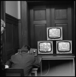 7768-1 TV-uitzending verzorgd door POGO in de Rotterdamse raadszaal.