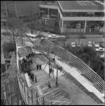 7817-1 Vanaf het in aanbouw zijnde gebouw van Bouwcentrum zicht op opengestelde paviljoen voor tentoonstelling 'Stad in ...