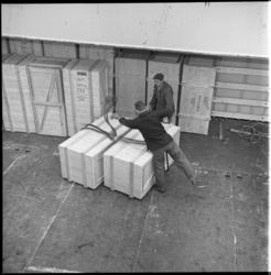 7821-1 Werk in de haven met kisten in de takels.