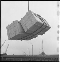 7821-2 Werk in de haven met kisten in de takels.