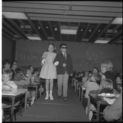 7822 Modeshow voor- en door kinderen in restaurant van De Bijenkorf.