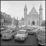 7824 Binnenhof met de Ridderzaal in Den Haag volgeparkeerd met auto's.