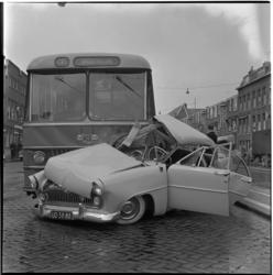 784 Een zwaar beschadigde personenauto op de Strevelsweg die door een streekbus van de Twee Provinciën, op weg naar ...