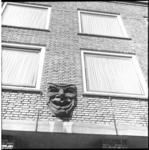 7846 Stenen reliëfmasker op de gevel van de Rotterdamse Schouwburg.