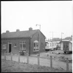 7861-1 Oude politiebureau in Pernis aan de Uiterdijk met op de achtergrond woonwagenkamp.