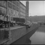 7864 Daf truck hangt gedeeltelijk naast het Hang en boven de Steigersgracht.