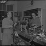 7868 Schoenmakers van Esch in hun werkplaats in de Van Lennepstraat