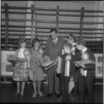 7875 Winnaars van tekenwedstrijd in het kader van de Duitse week samen met de Duitse consul H. Rode, verzameld in het ...
