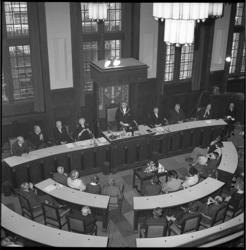 7908-5 Overzicht van bovenaf raadszaal tijdens toespraak van nieuwe burgemeester Wim Thomassen na zijn beëdiging. Van ...