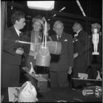 7912 Commissaris van de Koningin mr. Klaasesz (midden) bezoekt de Vierde Nationale Onderwijs Tentoonstelling in Ahoy. ...