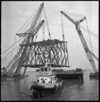7921 Boorplatform wordt door drie drijvende bokken bij scheepswerf Verolme Rozenburg op ponton gehesen.
