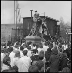 7931 In historische kleding gestoken leerlingen van het Erasmiaans gymnasium komen op hun kolderdag bijeen op de ...