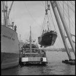 7934 Jacht wordt aan boord gehesen van de Anneliese Porr bij Verolme Botlek. Midden: schip Lady Nathalia, ...