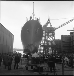 7935-2 Tewaterlating bij Wilton Fijenoord Schiedam van oorlogsschip Nigeria voor Westafrikaans land Nigeria.