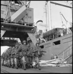 7939-1 In gevechtstenue gestoken mariniers marcheren op de kade van de Merwehaven.