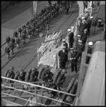 7939-2 In gevechtstenue gestoken mariniers gaan in de Merwehaven aan boord van Hr. Ms. Poolster.