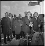 7944 Burgemeester van Capelle aan den IJssel, J.van Dijk, trekt aan de apparatuur van de heimachine bij het slaan van ...