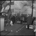 7946 Overzicht dodenherdenking bij monument 'De Vallende Ruiter' (Il Grande Miracolo) op het Zuidplein.