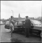 7948 De Tulip Queen van Birmingham (in het dagelijks leven miss Mary Burden) poseert bij een Ravero-taxi die bij de ...