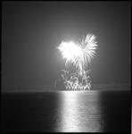 7949 Vuurwerk boven het water van de Kralingse Plas.