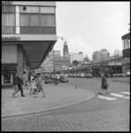 7952-1 Kruiskade met paviljoenwinkels en bioscoop Corso waar film My Fair Lady draait. Op de achtergrond stadhuistoren ...