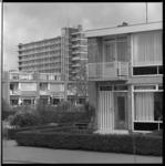 7952-2 Gevarieerde woningbouw in nieuwbouwwijk Zuidwijk met op de achtergrond flat hoek Meyenhage en Oldegaarde.