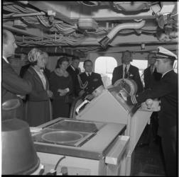 7960-1 Aan boord van marineschip, gelegen aan de Parkkade.