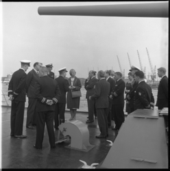 7960-2 Aan boord van marineschip gelegen aan de Parkkade.