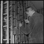 7970-1 Monteur in de telefooncentrale aan het werk. Aanname: betreft de wijkcentrale Terbregge in de Koperstraat
