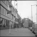 7995-1 Nieuwe vleugel Bouwcentrum aan het Weena met banier met de aankondiging tentoonstelling 'Rotterdam in Beweging'.