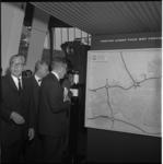 7995-2 Burgemeester Thomassen en midden ir.Tillema (directeur Gemeentewerken) bezoeken nieuwe vleugel in het ...