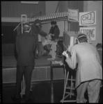 8011 Tv-opname in C.H.J. clubhuis 'de Heuvel' in nagebouwde studioset met leden C.H.J. clubhuis de Boei uit Katendrecht.