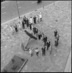 8012 Personeel van Hilton Hotel poseert bij het oude scheepsanker.