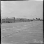 802-1 Een vijftal hangars op vliegveld Zestienhoven.