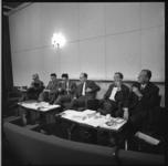 8035 Persconferentie met leden van commissie bodem, water en lucht over luchtverontreiniging met in het midden de ...