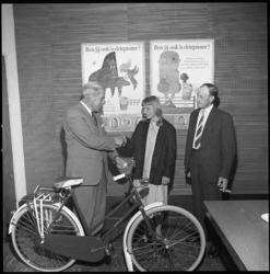 8043 Winnares van fiets in Nederlands Zuivel Bureau-campagne Joris Driepinter.